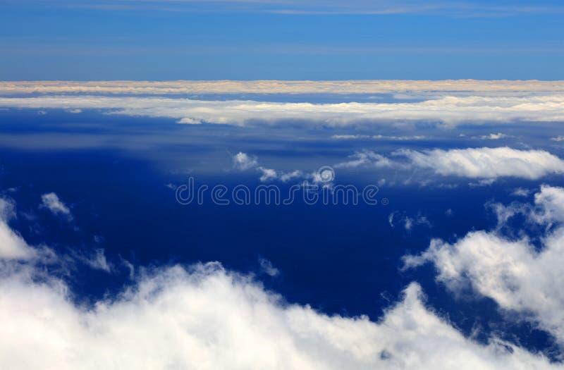 Nuages blancs et ciel bleu au-dessus de l'Océan Atlantique vu de Pico Volcano image stock