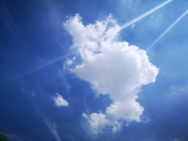 Nuages blancs et ciel bleu en été photo stock