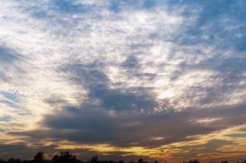 Nuages blancs et coucher du soleil orange, ciel magnifique de coucher du soleil image libre de droits