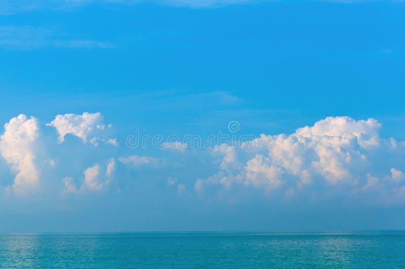 Nuages blancs et roses de beau matin sur un ciel bleu au-dessus de la mer L'espace de copie dans le ciel au-dessus des nuages Lev photo stock