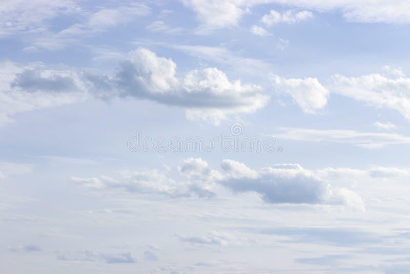 Nuages blancs luxuriants sur un ciel bleu lumineux, jour d'été ensoleillé, papier peint de fond photo libre de droits