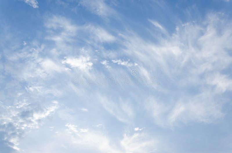 Nuages blancs mous fantastiques de ciel contre photographie stock libre de droits