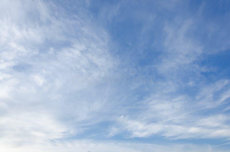 Nuages blancs mous fantastiques de ciel contre images stock