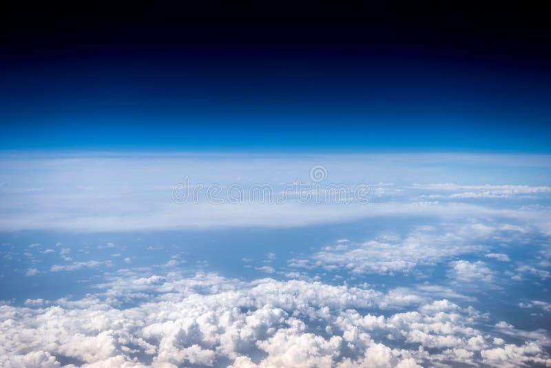 Nuages blancs pelucheux et ciel bleu stratosphère Vue de ci-avant photos stock