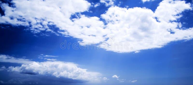 Nuages blancs sur le ciel bleu image libre de droits