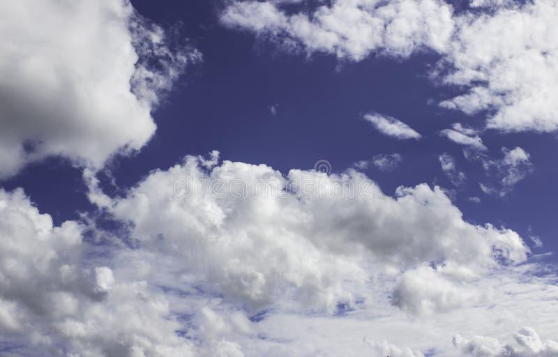Nuages blancs sur un bleu pendant l'après-midi image stock