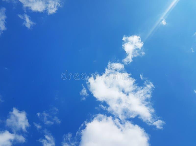 Nuages blancs sur un ciel bleu ensoleillé photos stock