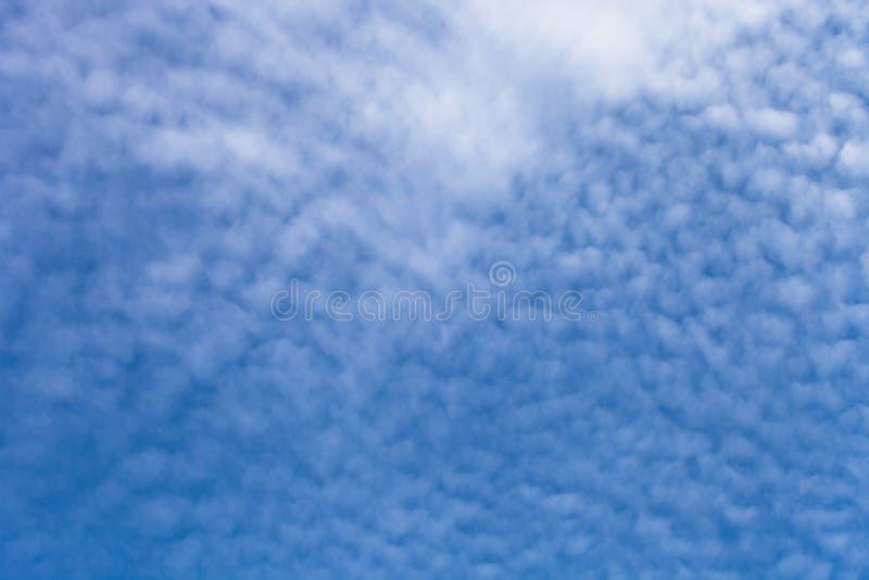 Download Nuages Blancs Sur Un Ciel Bleu Foyer Sélectif Photo stock - Image du azur, beauté: 77151306
