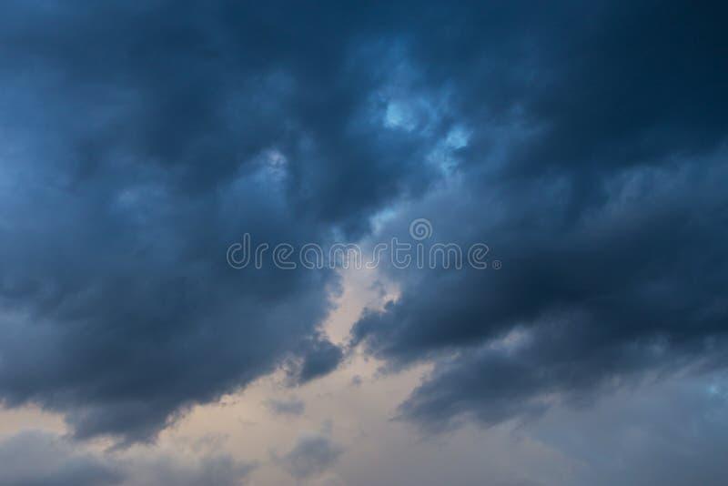 Nuages bleu-foncé de tempête sur le fond de ciel, texture image libre de droits