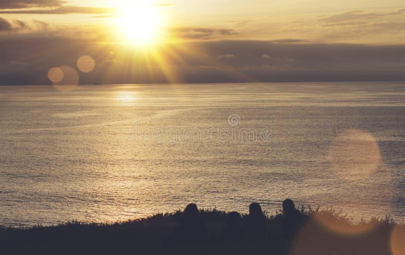 Nuages ciel et coucher du soleil de lumière du soleil sur l'océan d'horizon Silhouettez la personne sur le lever de soleil dramat photo libre de droits