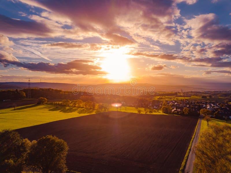 Nuages colorés aériens de coucher du soleil de l'Allemagne de tir de bourdon photographie stock