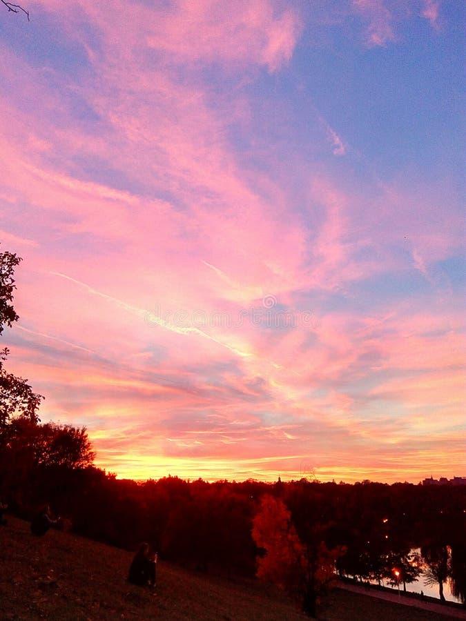 Nuages colorés au coucher du soleil photos stock