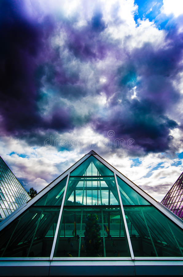 Nuages colorés au-dessus du conservatoire de Muttart à Edmonton, Alberta, Canada image stock