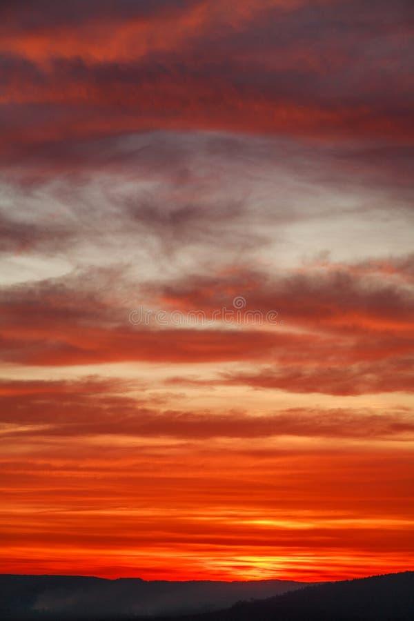 Nuages colorés de coucher du soleil orange magnifique en ciel de soirée, beauté naturelle de nature images libres de droits