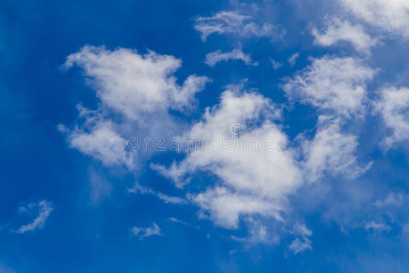 Nuages contre le ciel bleu en tant que fond abstrait photographie stock