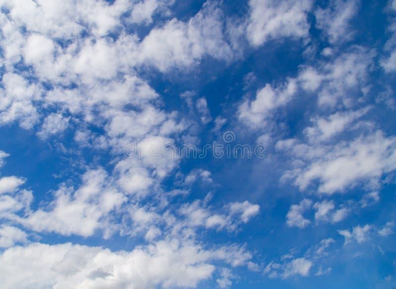 Nuages contre le ciel bleu en tant que fond abstrait images libres de droits