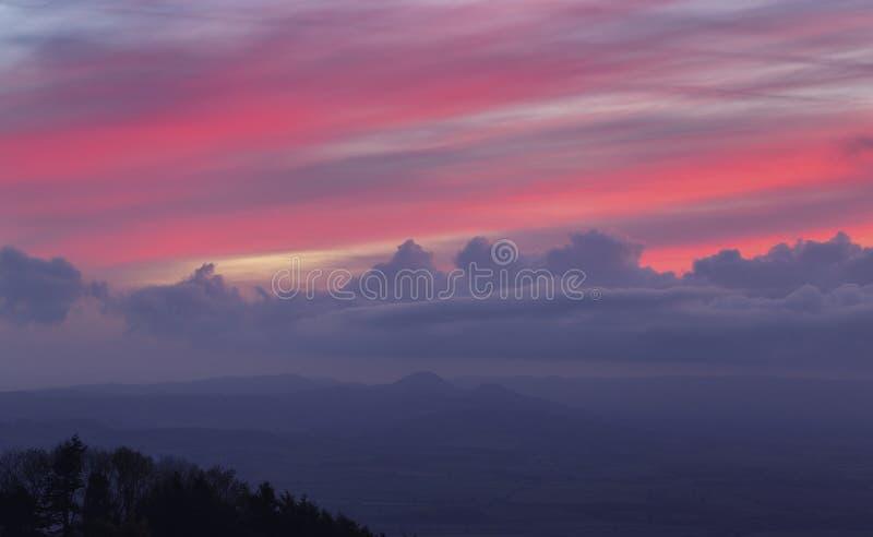 Nuages crépusculaires colorés au-dessus des collines scéniques au Royaume-Uni photographie stock