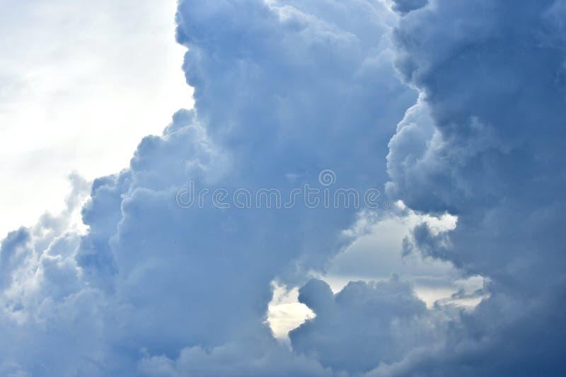 Nuages, cumulonimbus, tempête, temps d'automne images libres de droits