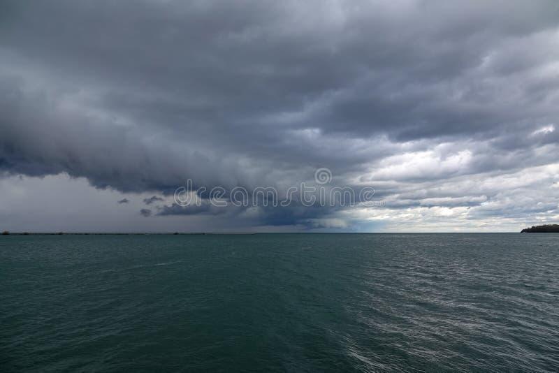 Nuages d'Arcus au-dessus du lac Érié image libre de droits