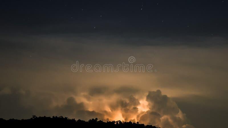 Nuages d'orage avec la foudre images stock