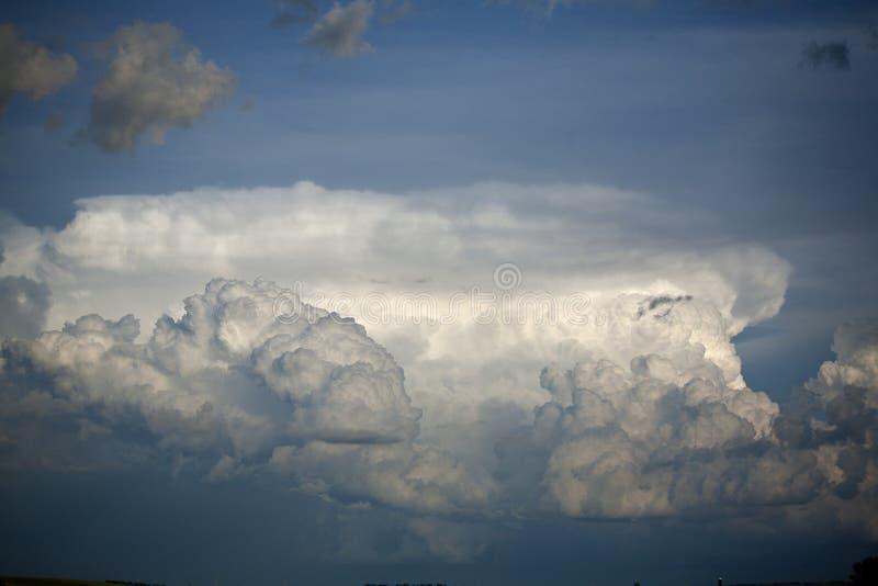 Nuages d'orage de cumulus en été contre le ciel bleu image libre de droits