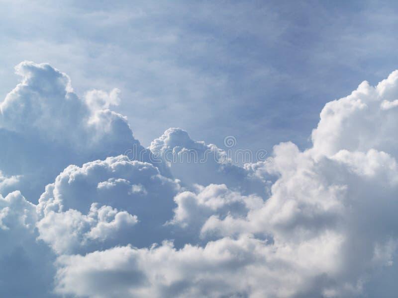 Nuages dans le ciel photos stock