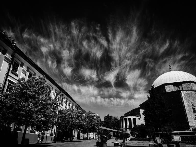 Nuages dans le ciel au-dessus de ma ville natale images stock