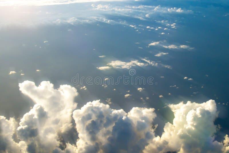 Nuages dans le ciel avec les rayons du soleil Vue de l'avion Foyer sélectif image libre de droits