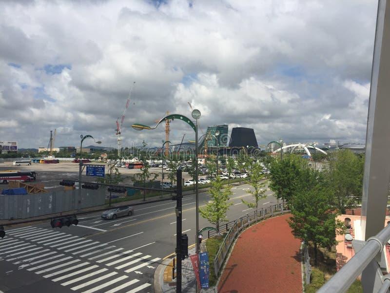 Nuages dans le ciel en ville image stock