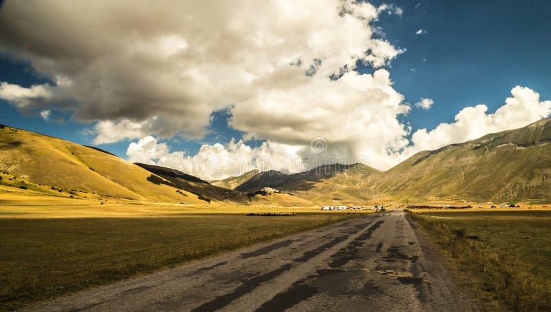 Download Nuages Dans Le Ciel Sur La Route à Castelluccio, Italie Image stock - Image du horizon, montagnes: 45369119