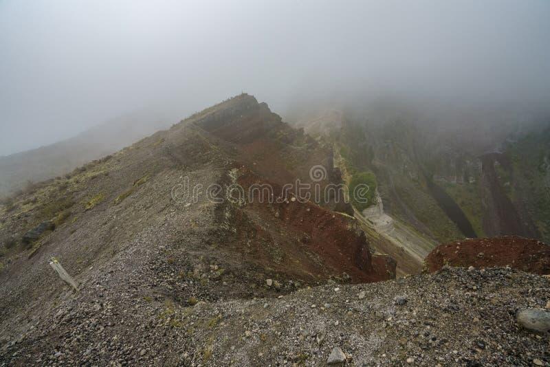 Nuages dans le cratère volcanique, tarawera de bâti, Nouvelle Zélande 1 photo stock
