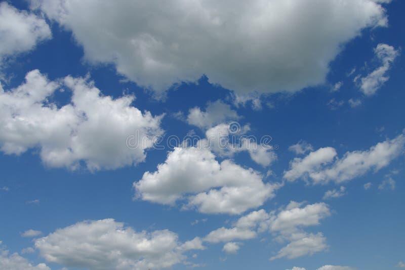 Nuages dans un ciel bleu image libre de droits