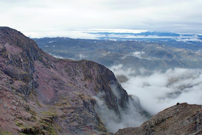 Nuages dans une vallée en Equateur images libres de droits