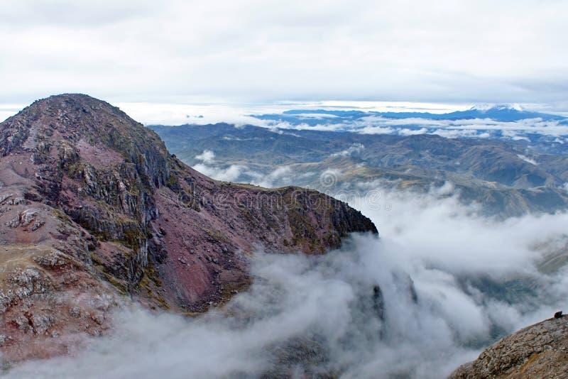 Nuages dans une vallée en Equateur photos stock