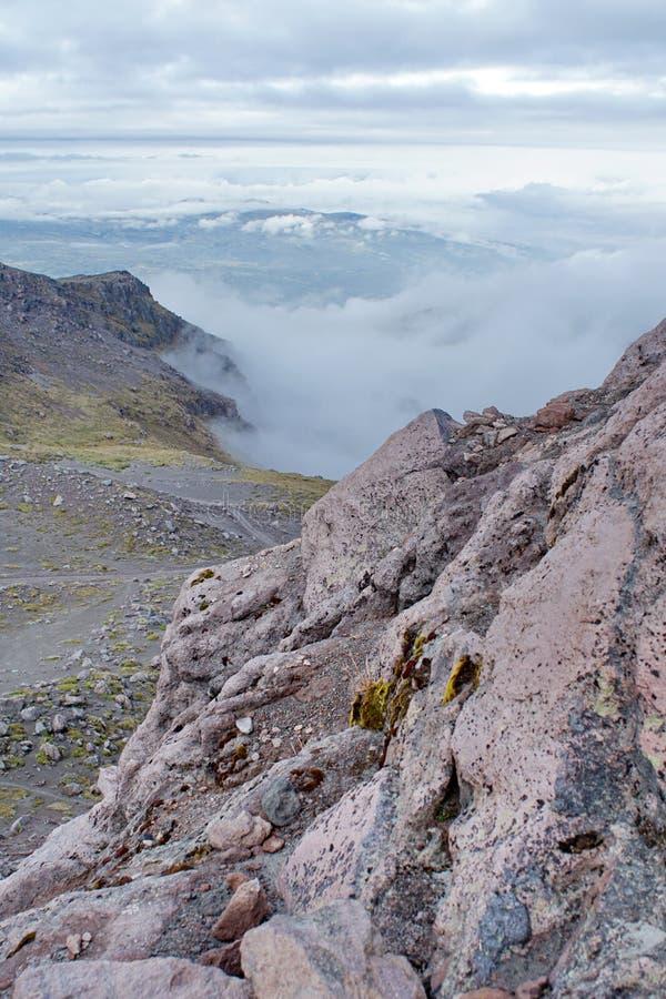 Nuages dans une vallée en Equateur images stock