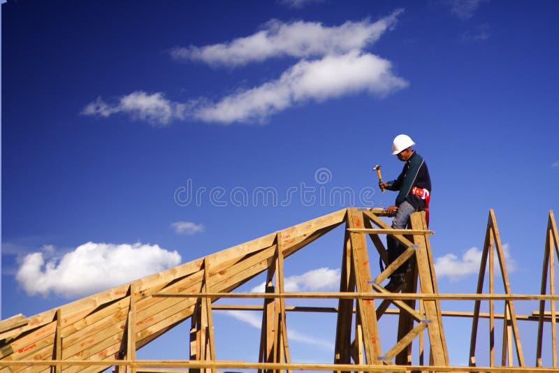 Nuages de blanc de Roofer photo libre de droits