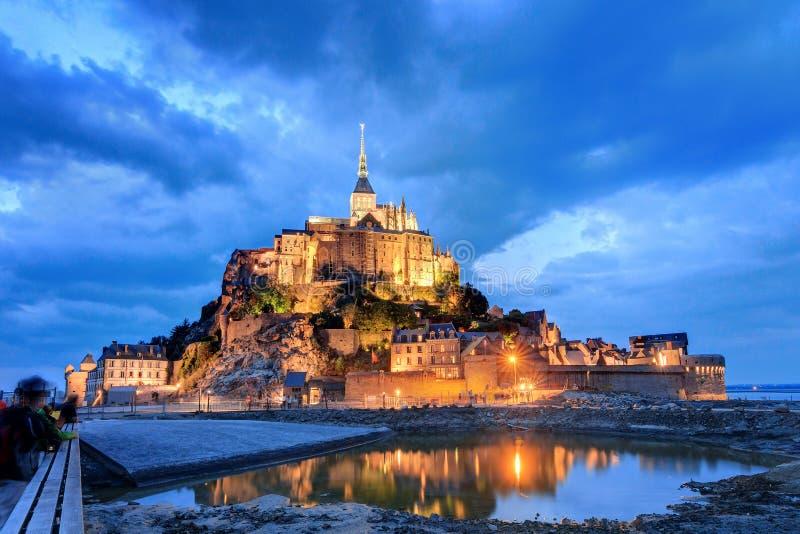 Nuages de bleu de le Mont Saint-Michel photographie stock libre de droits