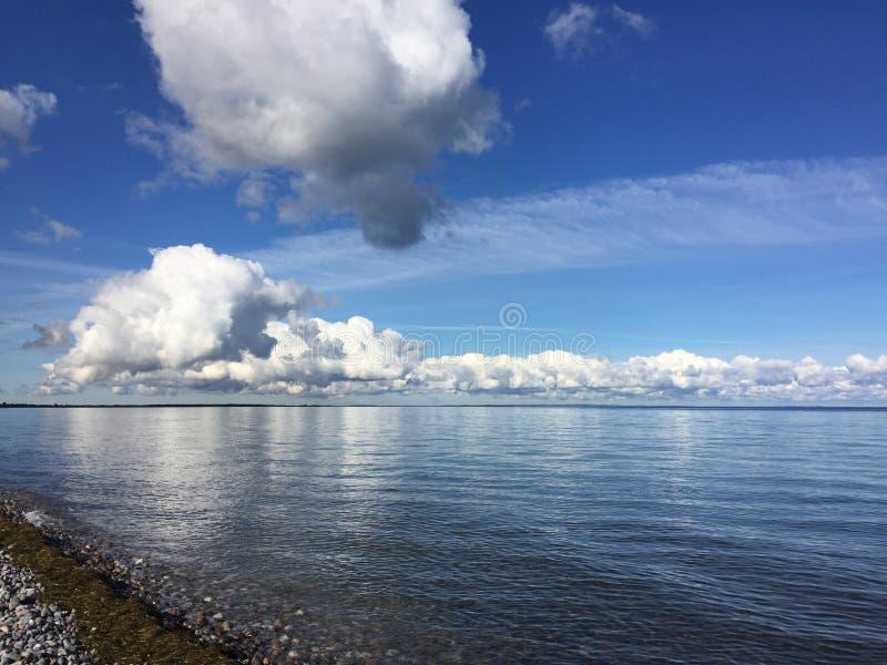 Nuages de bord de la mer photographie stock libre de droits