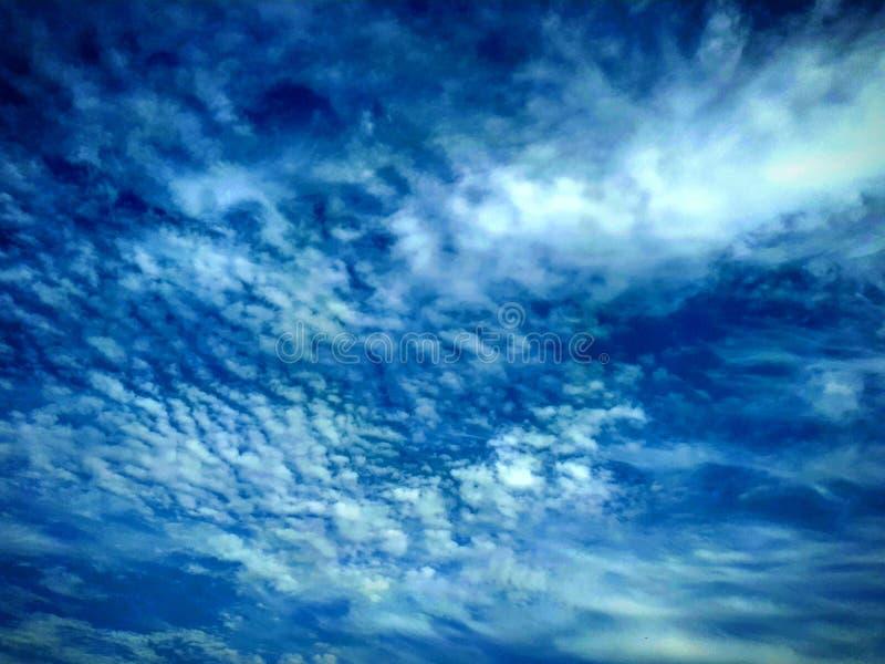 Nuages de ciel bleu images libres de droits
