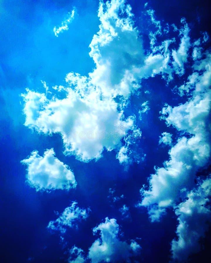 Nuages de ciel bleu photographie stock libre de droits