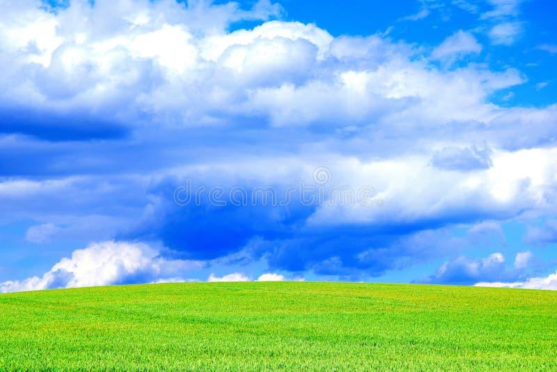 Nuages de ciel bleu et photo courante de fond coloré de paysage de champ image stock