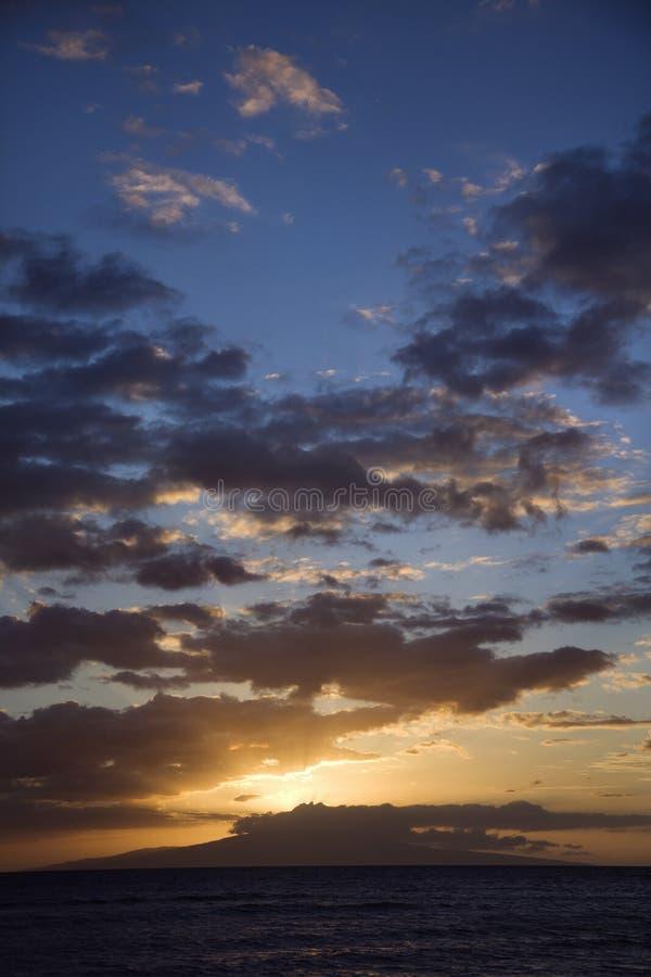 Nuages de coucher du soleil au-dessus de côte. images stock