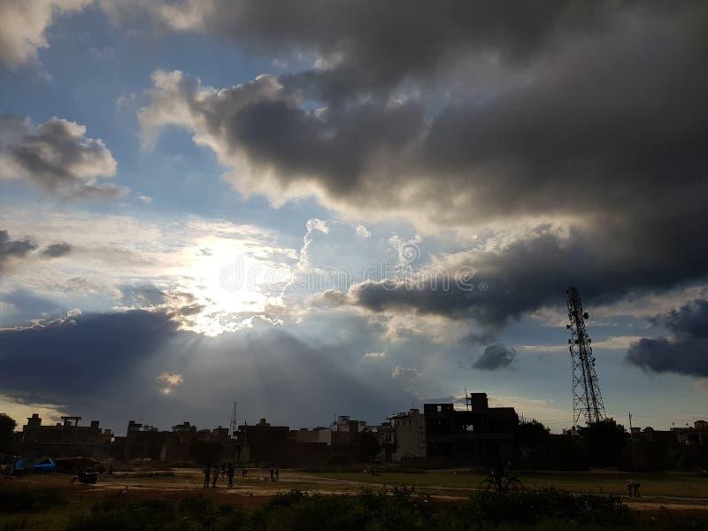 Nuages de coucher du soleil de lever de soleil de soleil de beauté de nature image libre de droits