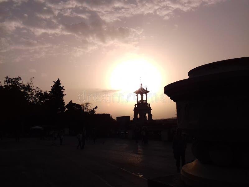 Nuages de coucher du soleil quand marche de personnes images libres de droits