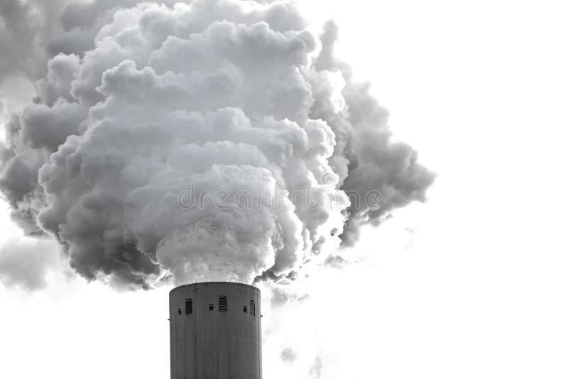 Nuages de fumée d'une haute cheminée concrète images libres de droits