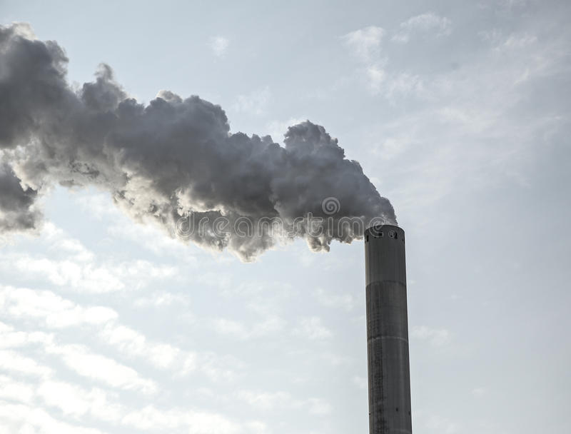 Nuages de fumée d'une haute cheminée concrète image libre de droits
