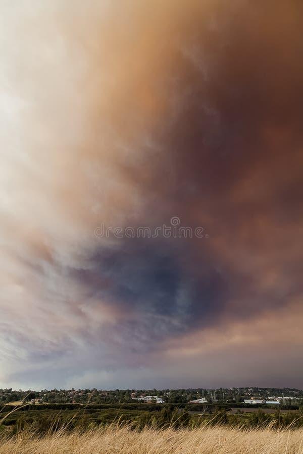 Nuages de fumée du feu de brousse au-dessus des banlieues de ville de Sydney photo stock