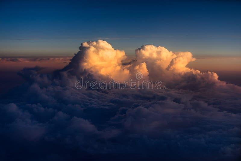 Nuages de haute altitude au coucher du soleil au-dessus de l'Océan Atlantique images stock
