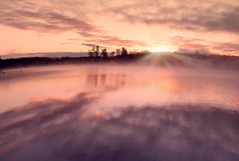 Nuages de l'eau de lever de soleil photographie stock libre de droits