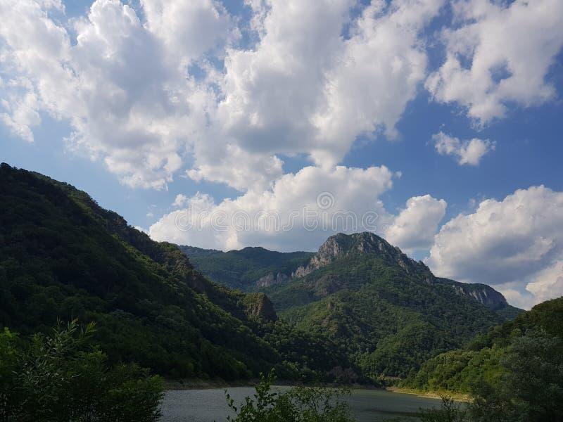 Nuages de lac de l'eau de collines de la Roumanie de paysage photographie stock libre de droits